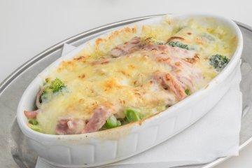 Broccoliauflauf mit Schinkenstreifen u. Käse überbacken