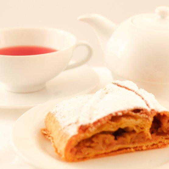 Apfelstrudel mit Tee